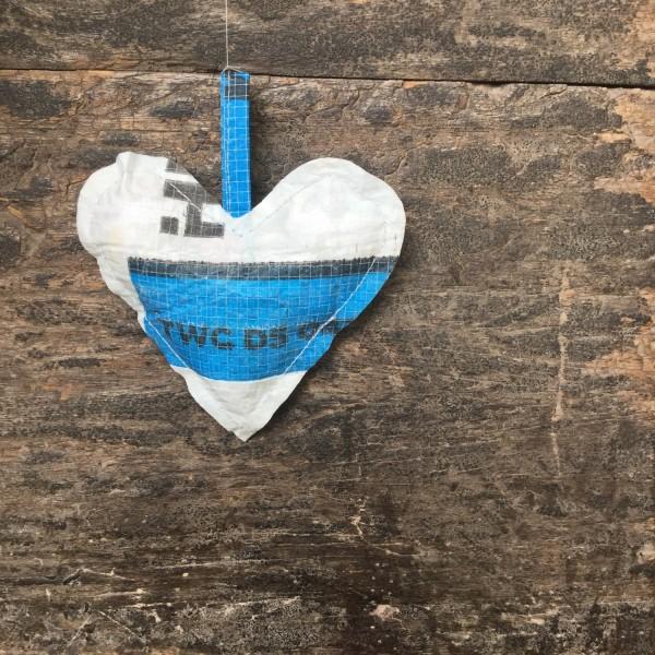 Herz aus Plastik, blaus + weiß